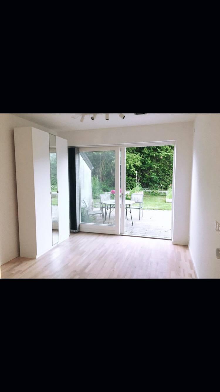 Stort lyst værelse med adgang ud til terrasse og have!