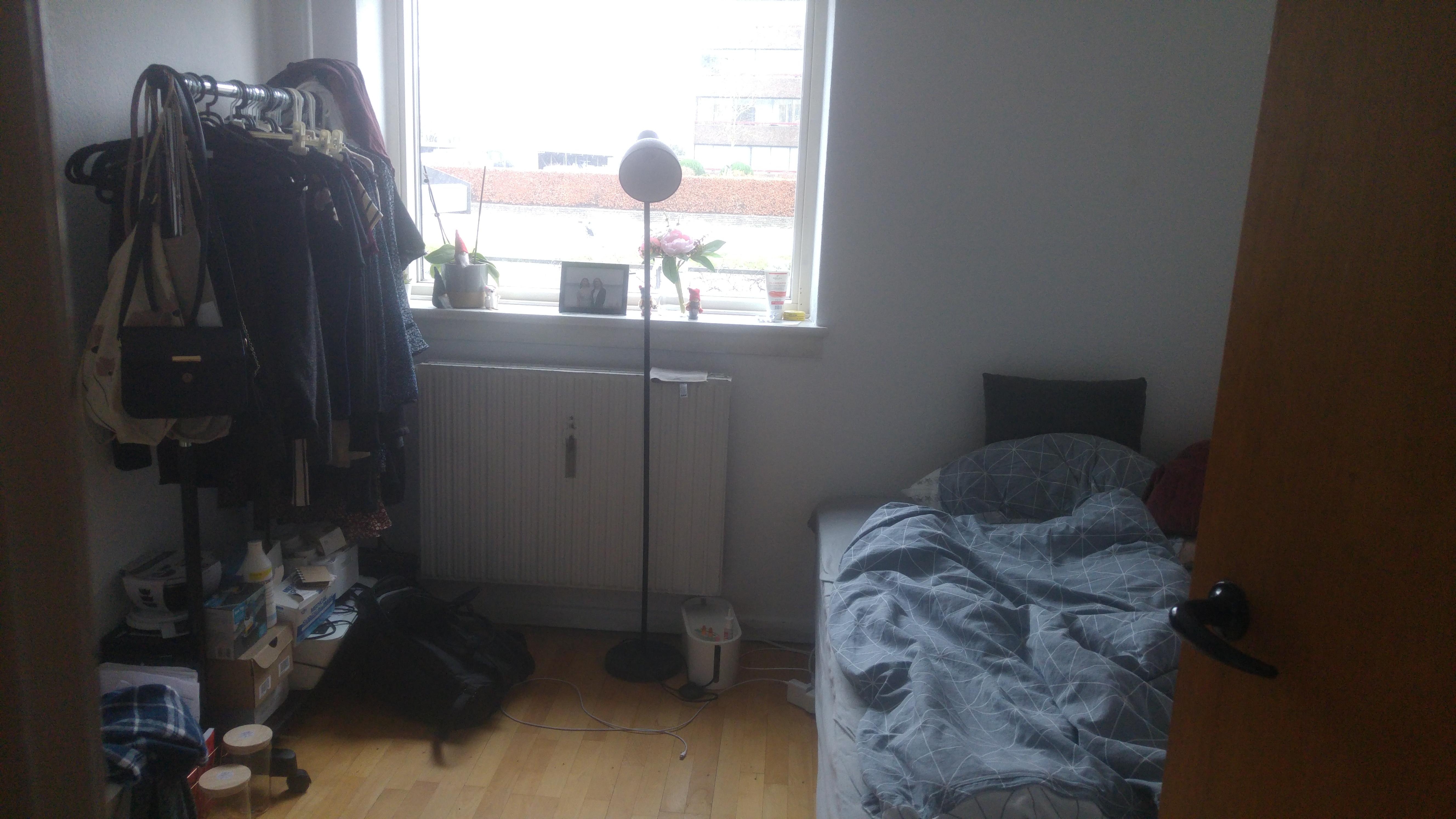 Centralt beliggende værelse udlejes i Roskilde med fri afbenyttelse af wifi/vaskekælder.