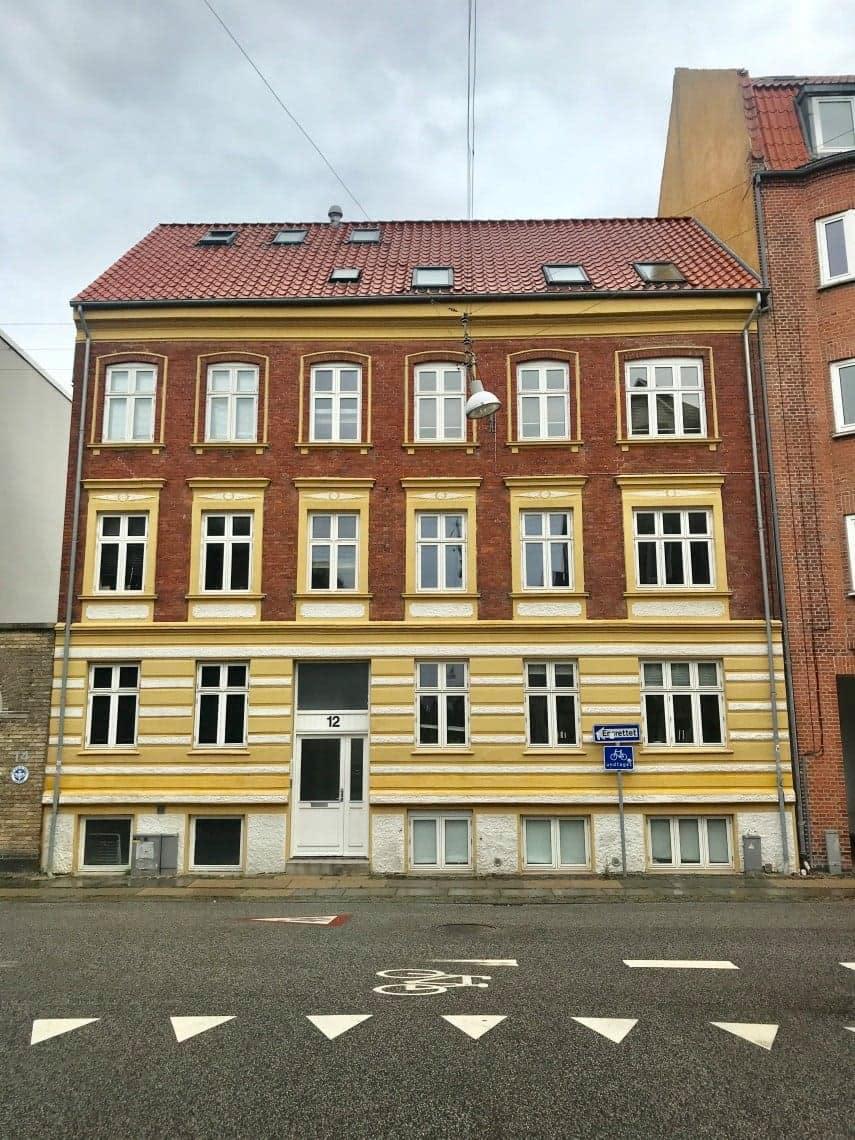 Søger roommate til 3-værelses lejlighed i centrum af Aalborg.