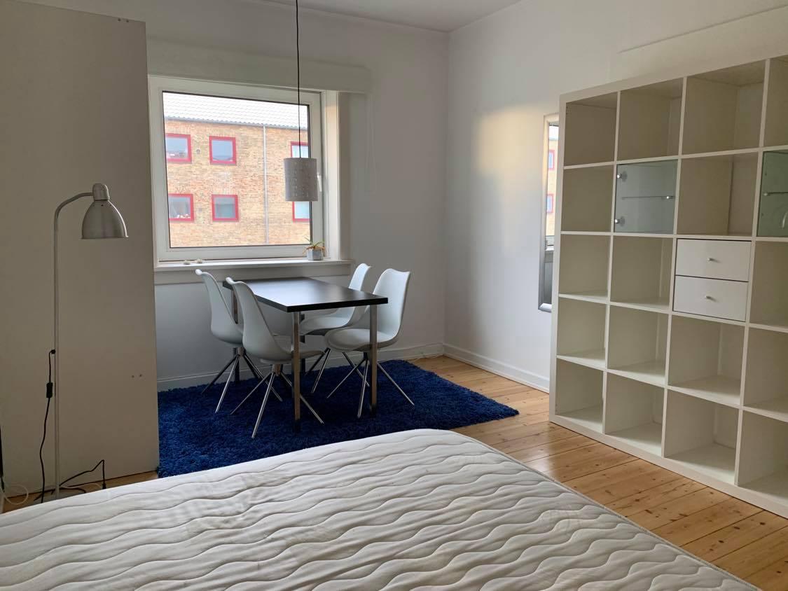 Lyst, nymalet, møbleret værelse på Østerbro