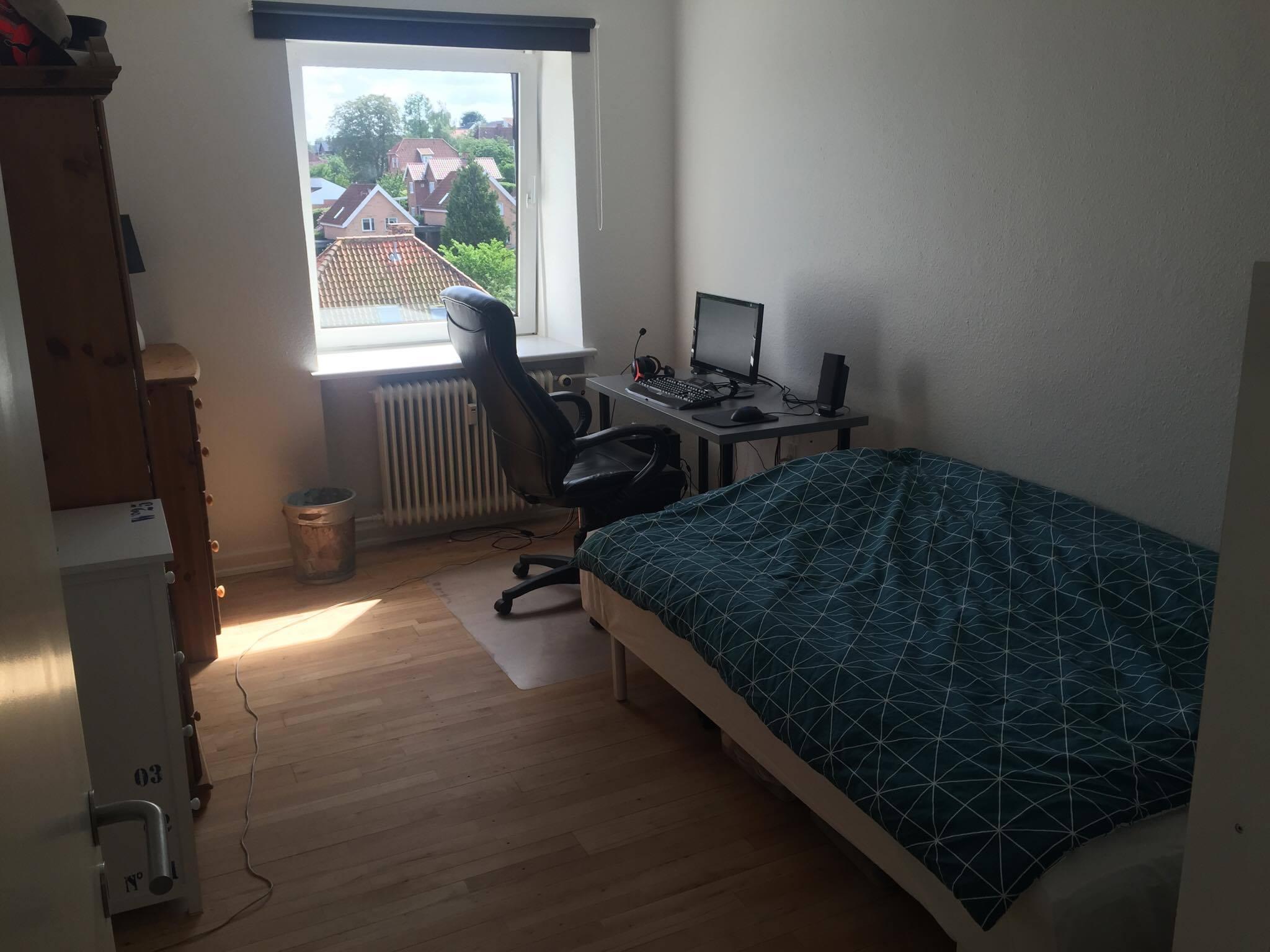 Roommate søges pr. 01/07 til 4-værelses 100 kvm lejlighed på Vestre Allé 3, lidt syd for Aalborg C