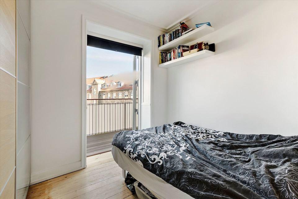 Lille værelse med altan i pæn lejlighed på Østerbro