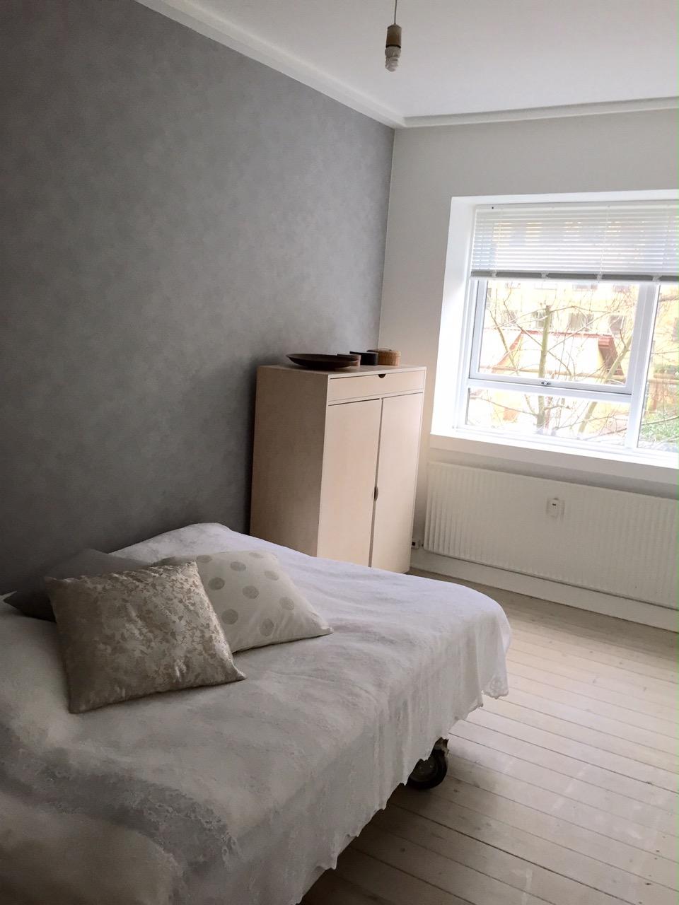 Velholdt værelse med udsigt til østvendt gårdhave